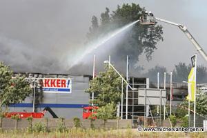 Foto Zeer grote brand winkelcenturm aan de Klimopweg in Amsterdam-Noord