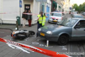 Foto Snorfiets knalt in zijkant auto op Schoterweg