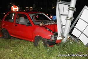 Foto Automobilist rampt lantaarnpaal op Rijksstraatweg