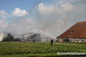 Foto Polderbaan Schiphol buiten gebruik door brand in loods