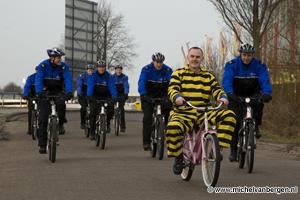 Foto Bike agenten fietsen achter gevaarlijke ontsnapte boef aan