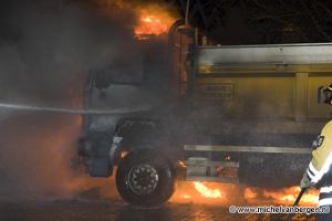 Foto Vrachtwagen volledig verwoest bij autobrand