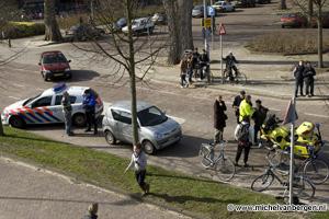 Foto: Invalide wagen kan scholier niet meer op tijd ontwijken op Planetenlaan