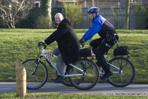 Foto's Wethouder Maarten Divendal op de politie-bike