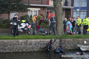 Foto Man kukelt met scootmobiel en al in het water bij de Lange Herenvest in Haarlem