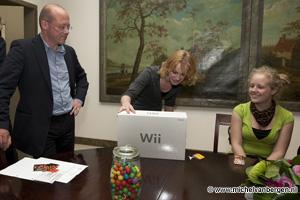 Foto Maaike van Lieren ontvangt Wii bij prijsuitreiking