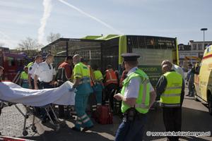 Foto Bejaarde komt tussen bus en bushalte klem te zitten