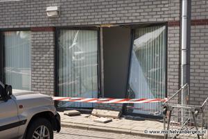 Foto Vrouw rijdt door gevel Dekamarkt Hagelingerweg in Santpoort naar binnen