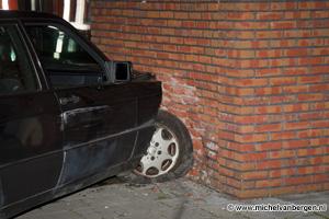 Foto Dronken automobilist boort zich met auto in flat Stratingsplantsoen