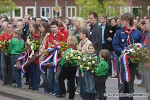 Foto Dodenherdenking op de Jan Gijzenkade in Haarlem Noord