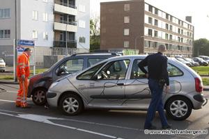 Foto Twee personenauto's botsen op elkaar op de Rijksstraatweg