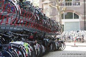 Foto Gemeente Haarlem gaat wild geparkeerde fietsen bij het station verwijderen
