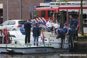 Foto Brandweer moet zinkend bootje uit het Spaarne redden