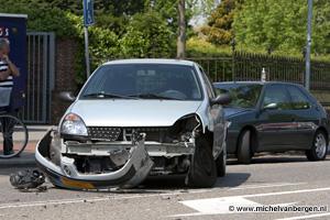 Foto Veel blikschade na niet goed opletten bij het uitparkeren