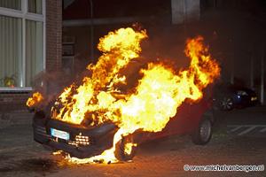 Foto Italiaan ziet zijn auto in vlammen opgaan (autobrand Colensostraat Haarlem)