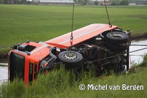 Foto Veegwagen crasht op de Drie Merenweg (N205) in de Haarlemmerliede