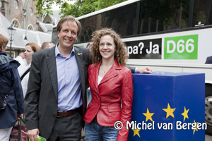Foto Alexander Pechtold en Sophie in 't Veld bezoeken voor D66