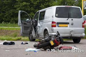 Foto Scooter knalt in auto op de Kanaalweg in Beverwijk