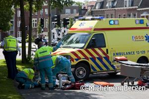 Foto Fietser ernstig gewond na aanrijding Lange Herenvest in Haarlem