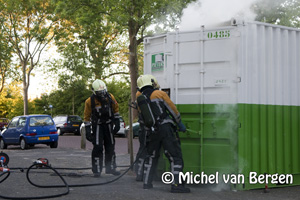 Foto Zeecontainer met verfspullen vat vlam in De Bazellaan