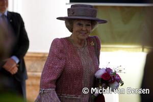 Foto  Koningin Beatrix verricht openingshandeling provinciehuis