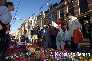 Foto Luilakmarkt in Haarlem centrum gezellig en druk