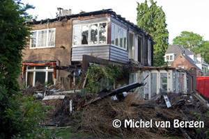 Foto Rietenkap en bovenetage van villa Zandvoorterweg er afgesloopt na brand Aerdenhout