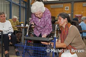 Foto Rollatorshow en 'APK' keuring in het Schoterhof in Haarlem