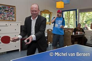Foto Wethouder Maarten Divendal verricht opening jongencentrum Delftwijk City