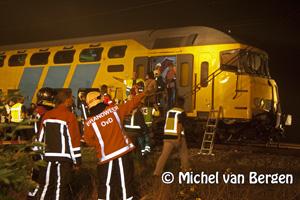 Foto Awakeningsbus doormidden na botsing met trein in Halfweg