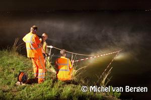 Foto Auto te water na bosting Nieuwe Rijweg in Spaarndam-West