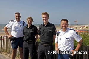 Foto Duitse politieagenten surveilleren door Zandvoort