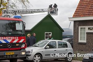 Foto Brandweer redt kippen bij zeer grote brand Oosteinderweg in Aalsmeer