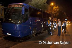 Foto Duitse bus vat vlam door kortsluiting op de Paviljoenslaan in Haarlem