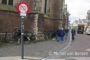 Foto Verkeersborden tegen Roemeense 'straat muzikanten' in Haarlemse binnenstad