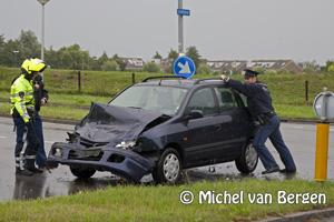 Foto Bestuurder personenauto raakt gewond bij botsing tegen vrachtwagen
