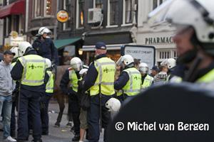 Foto Voetbal supporters opgepakt in Amsterdam rondom de Dam