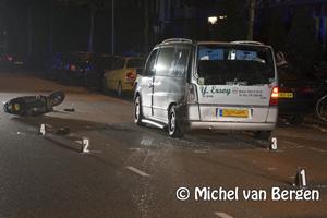 Foto Scooterrijder raakt lelijk gewond na botsing op bestelbusje op de Schoterweg in Haarlem