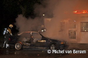 Foto Brandweer Haarlem moet diverse voertuigenbranden blussen (Planetenlaan, Edward Jennerstraat)