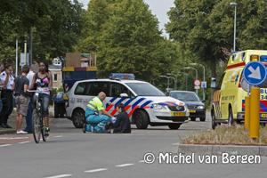 Foto Onfortuinlijke fietsster hard onderuit op Kleverparkweg Haarlem