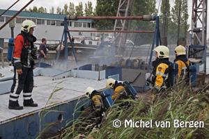 Foto Haarlemse brandweer rukt uit voor scheepsbrand Minckelersweg in Haarlem