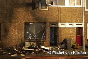 Foto Woning Gouwstraat loopt aanzienlijke schade op na afval brand voor huis