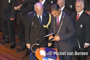 Foto Koninklijke onderscheiding voor hoofd-commissaris Bob Visser