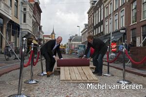 Foto Rode loper in de Haarlemse Kruisstraat uitgerold door Maarten Divendal