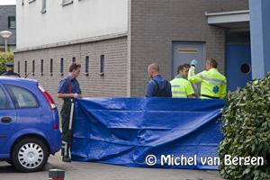 Foto 43 jarige man geëlektrocuteerd bij werkzaamheden flat Regenwulp Velserbroek