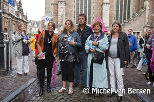 Foto Robert ten Brink start Estafette voor Wereldmoeders op de Oude Groenmarkt in Haarlem