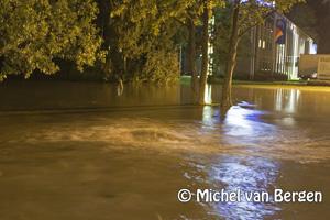 Foto Gebroken hoofdwatertransportleiding zorgt voor overlast Schipholweg Badhoevedorp