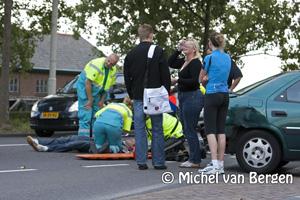 Foto Brommer knalt tegen achterkant auto Vondelweg Haarlem