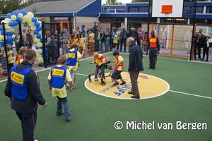 Foto Opening Cruyff Court aangepast in Haarlem door Johan Cruyff