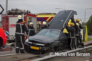 Foto Automobilist komt op verkeerde weghelft Cruquiusweg (N201), ramt vangrail en schiet 100 meter door